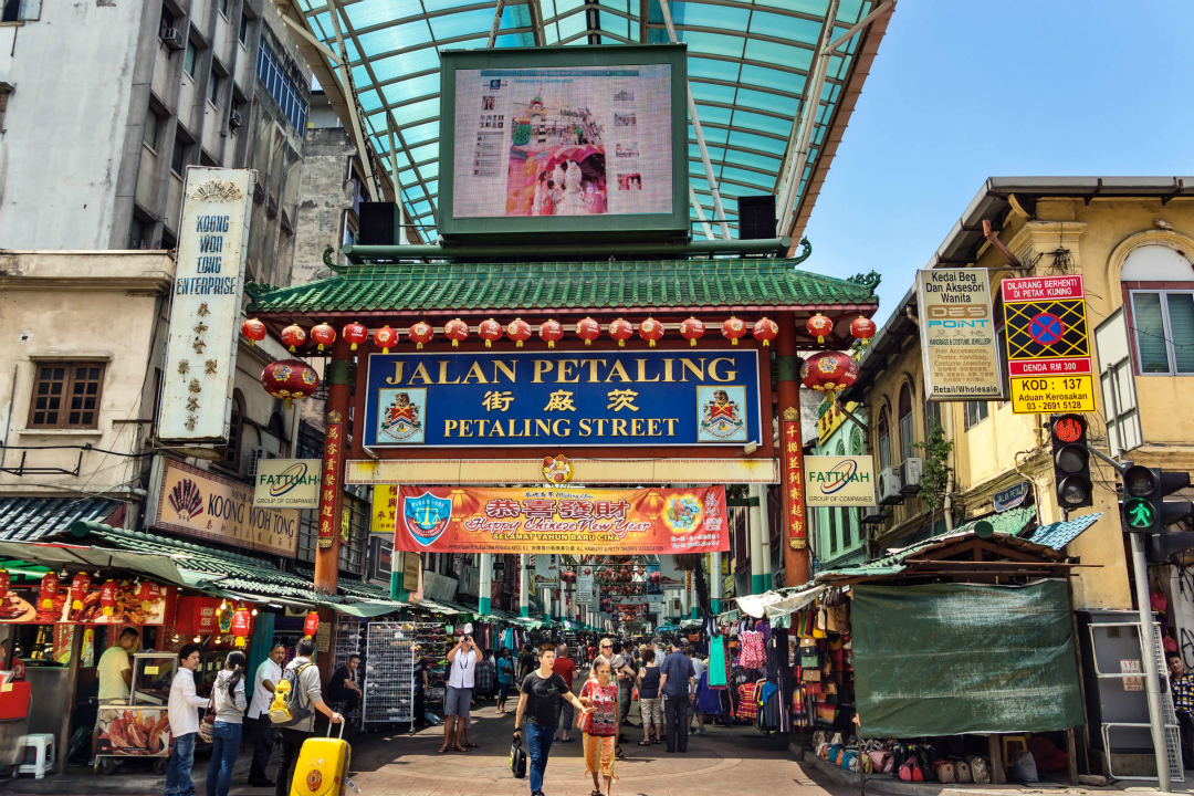 艳阳下的清真寺,隐匿街头的印度神庙,拔地而起的双子塔,这里是风情万种的吉隆坡!